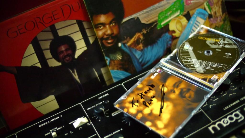 """De gesigneerde CD met de """"persoonlijke"""" boodschap """"to Huyb"""", goed bedoeld maar verkeerd gespeld, tegen de achtergrond van mijn Moog en een paar oude platen. (Waar is de rest toch gebleven?!)"""