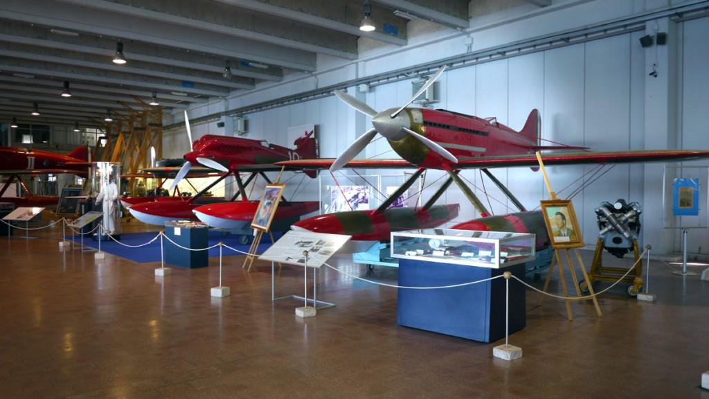 Om even af te dwalen: de Macchi MC72 op de voorgrond rechts waarmee Francesco Agello op 23 october 1934 een snelheidsrecord haalde van 709 km/u, dat vijf jaar lang absoluut was voor vliegtuigen en dat nu nog geldt voor de klasse van watervliegtuigen met propellormotor.