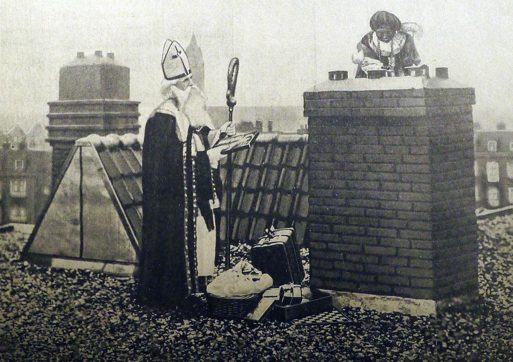 Zo zien we hem in Nederland graag. Op het dak met Piet in de schoorsteen! (De Prins van 6 december 1930, knipsel eigen collectie)