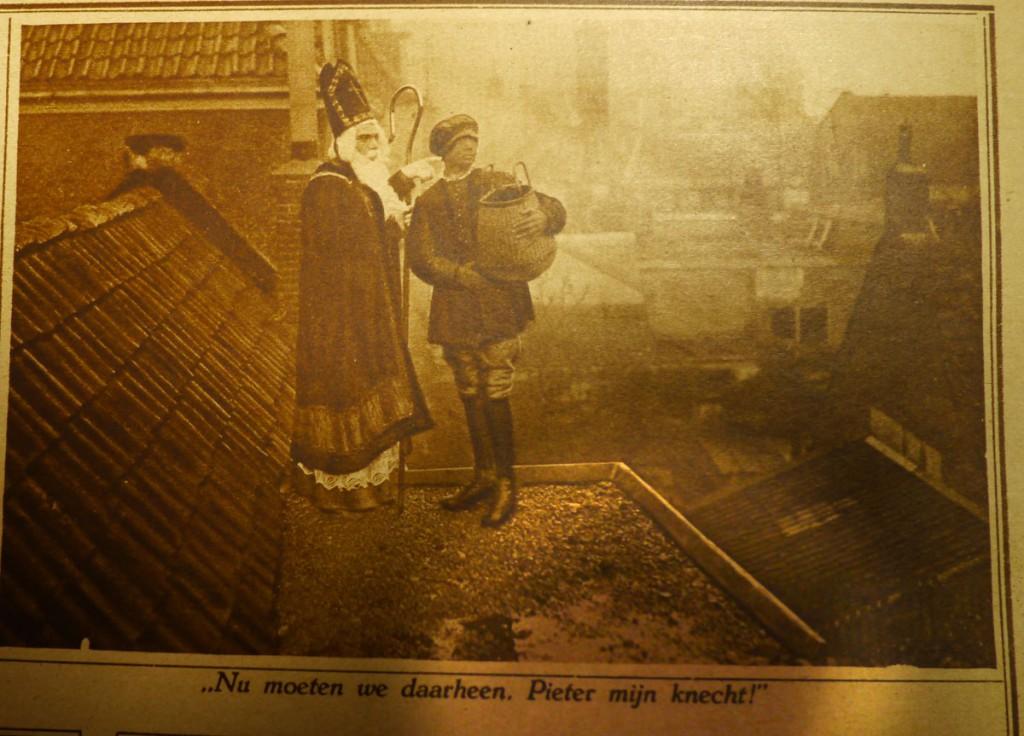 Een van een serie foto's van Sint en Piet op de daken en bij de schoorstenen van een Nederlandse stad gemaakt voor de Katholieke Illustratie van 2 december 1925 (knipsel in eigen collectie).