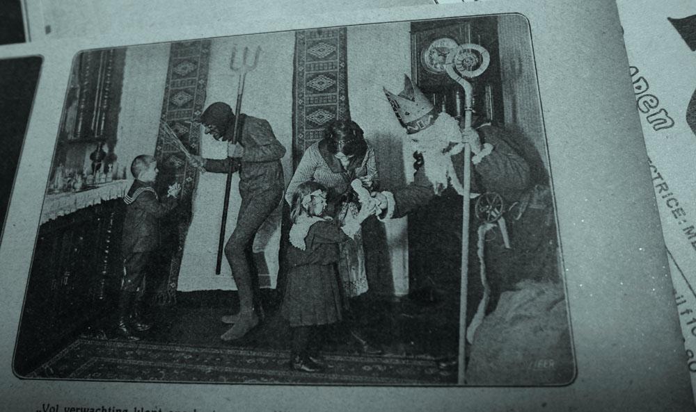 De Sint neemt zijn duiveltje mee met de gard voor de stoute kindertjes. De Prins 2 december 1922 (eigen collectie)