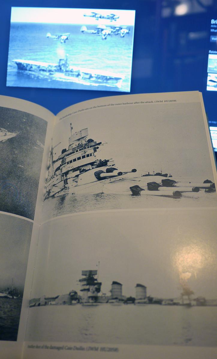 De Caio Duilio zit getroffen op de bodem van de ondiepe Mar Grande na de aanval. Foto van het boek van Wragg 2003.