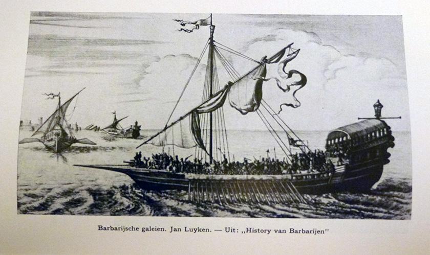 """Barbarijsche galeien, Jan Luyken. – Uit: History van Barbarijen"""" in: L.C. Vrijman, Kaapvaart en zeeroverij (Amsterdam 1938 tegenover p. 193)"""