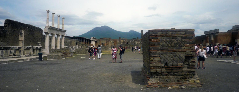 Zicht op de Vesuvius vanaf het forum van Pompeii. Foto ©2012 Sofia J. Lirb