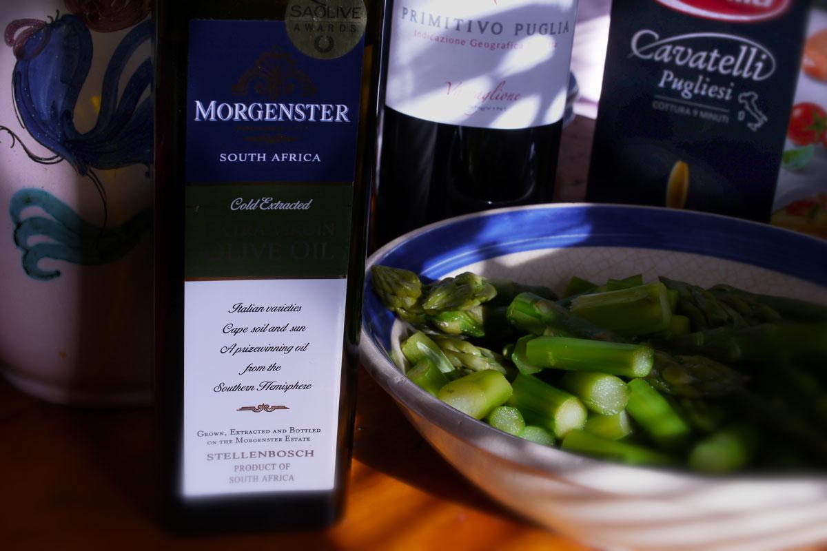 Een veelgeprezen olijfolie uit Stellenbosch, Zuid-Afrika, gezet in een Pugliees stilleven.