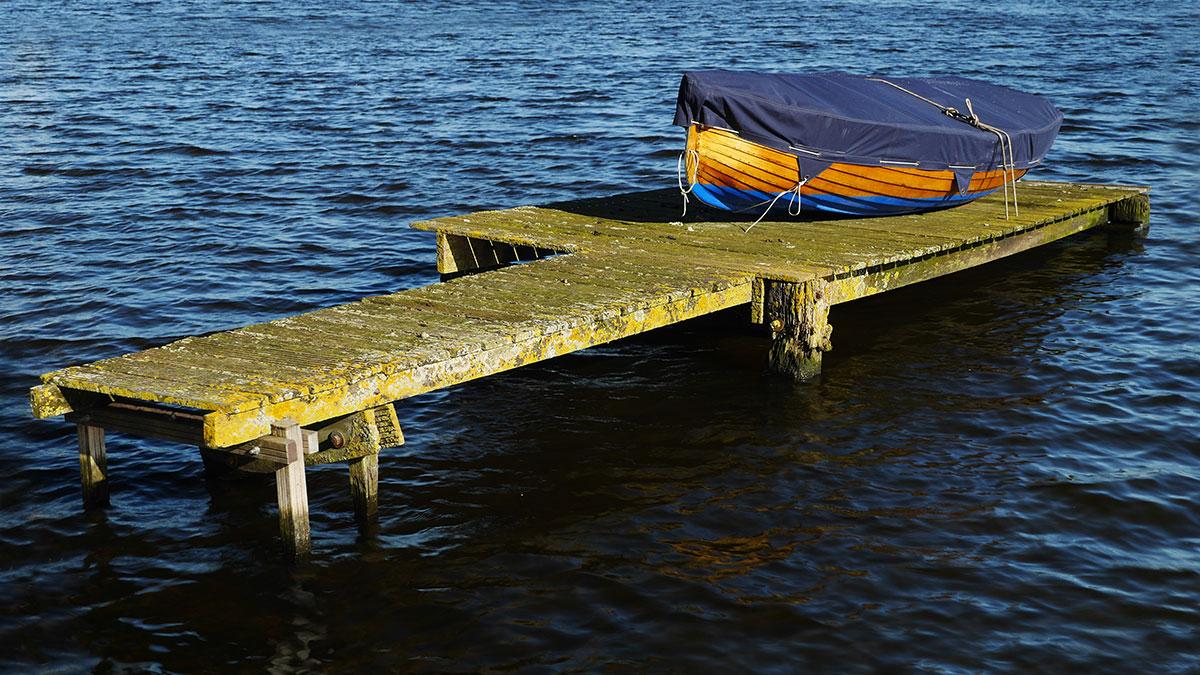 Steiger met boot in de Spaarne bij Spaarndam, 30 september 2015 ©2015 H. J. Lirb