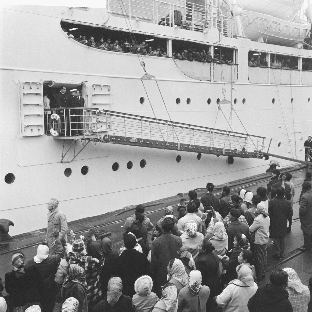"""""""Vertrek uit Rotterdam van de """"Fair Sea"""" met 287 Ambonezen die weer repatriëren naar Indonesië. Inschepen van Ambonezen in Rotterdam. Achterblijvenden wuiven vaarwel"""", 29 november 1961, Nijs, Jac. de / Anefo Nationaal Archief, licentie CC"""