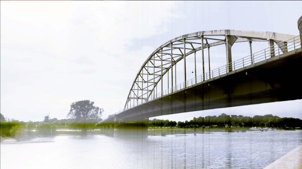 Deventer, brug over de IJssel met Bolwerksmolen aan de overkant, 14 mei 2016, Foto H.J. Lirb