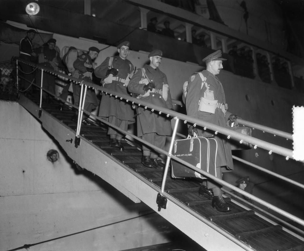 Canadese landtroepen voor het Atlantische leger van generaal Eisenhower aangekomen met troepenschip Fairsea in Rotterdam, 21 november 1951, Rotterdam, Fotograaf van Duinen, Nationaal Archief / Collectie Anefo, licentie CC.