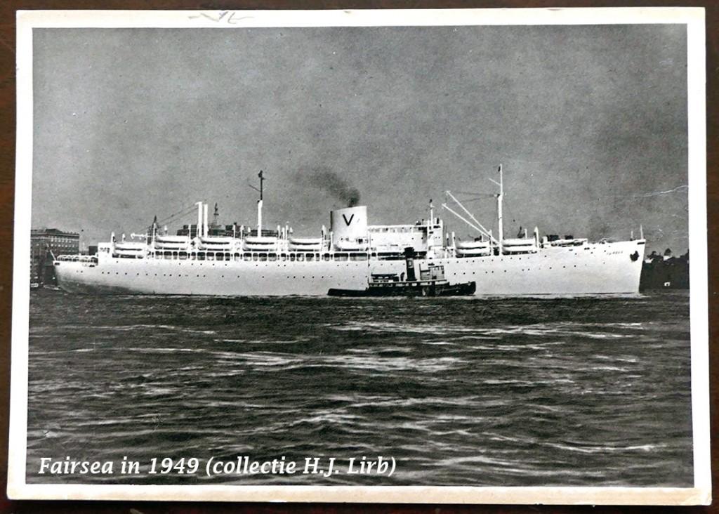 """De """"Fairsea"""" gefotografeerd vóór of in 1949 met een sleepboot die misschien nog wel zal kunnen worden geïdentificeerd aan de hand van de letter D op de schoorsteen.  Bremerhaven, Hamburg of misschien Napels? Ansichtkaart in eigen collectie."""