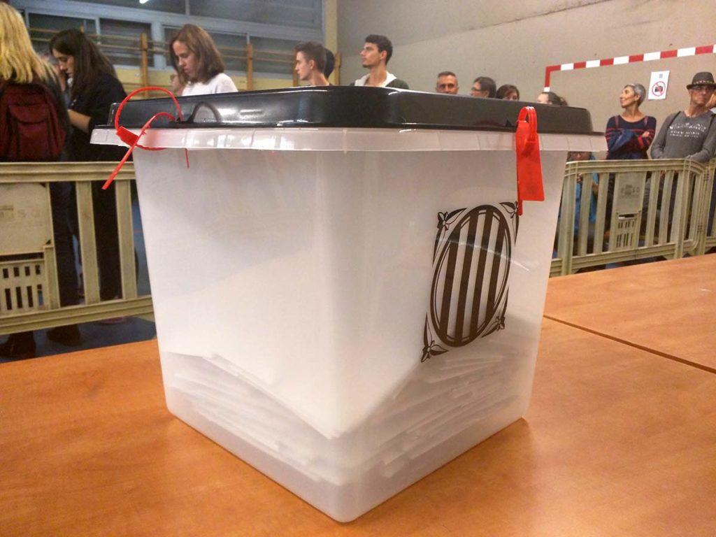 Stembus gebruikt in het referendum over Catalaanse onafhankelijkheid op 1 october 2017 (foto Màrius Montón, Wikimedia Commons)