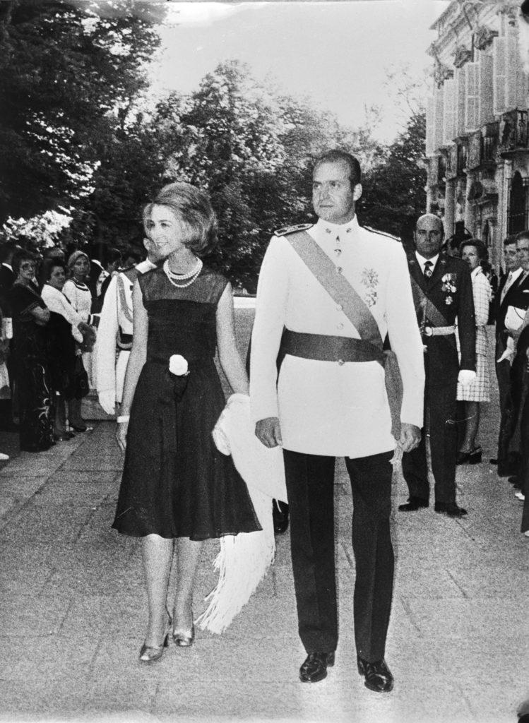 Ontvangst in de tuin van het La Granja Paleis bij Segovia t.g.v. de; indertijd; Spaanse nationale feestdag op 18 juli 1974 – op die dag vierde men de verjaardag van de staatsgreep die Generalísimo Franco tegen de Tweede Spaanse Republiek had ondernomen in 1936. Prins Juan Carlos van Bourbon en zijn vrouw Prinses Sophia gaven deze receptie. Prins Juan Carlos verving hier het Spaanse Staatshoofd Franco die in het ziekenhuis lag.; (Nationaal Archief Anefo 927-3402).