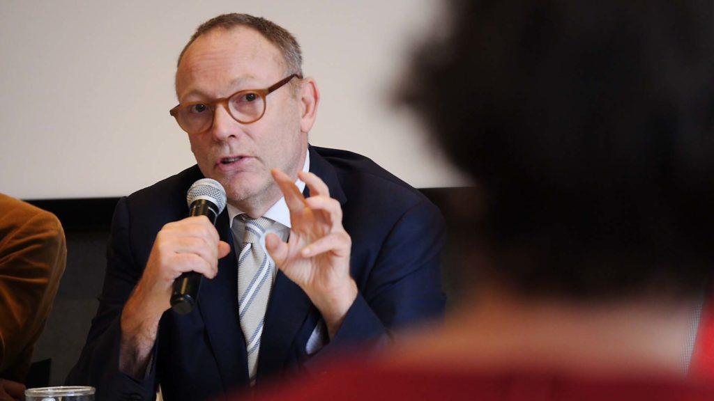 Ben Emmerson tijdens de voordracht ophef symposium in Den Haag (Foto Sofia Josepina Lirb)