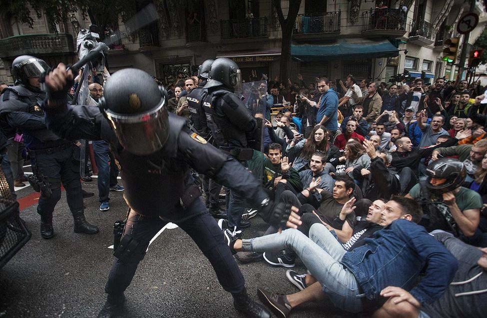 Politiegeweld tegen het Catalaanse electoraat op 1 october 2018 (Wikimedia Commons Robert Bonet)