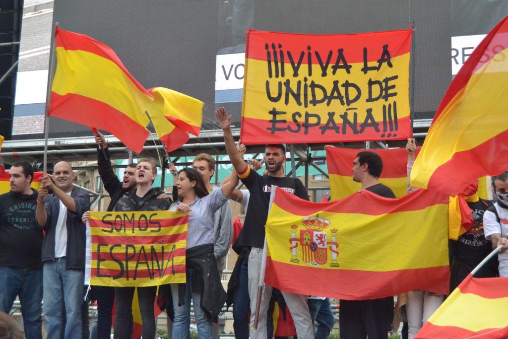 Op de dag van het referendum over Catalaanse onafhankelijkheid, 1 october 2017, demonstreren tegenstanders voor het behoud van de eenheid van Spanje. De uitgestrekte arm hoort niet bij een Dance-feest....(Andreagab / Shutterstock)