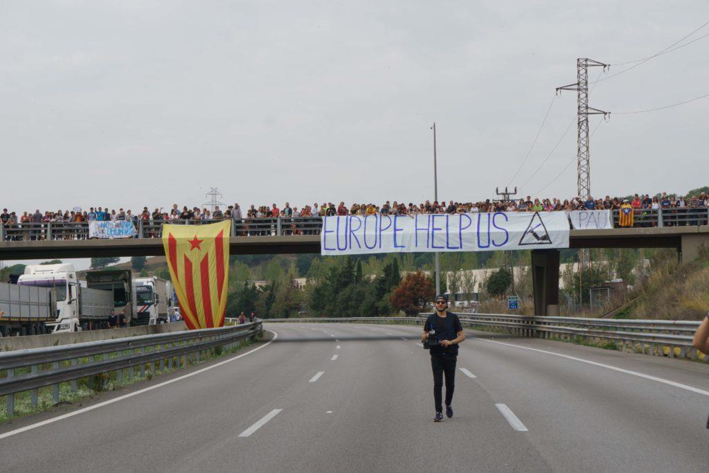 Op 3 october 2017 blokkeerden vreedzame demonstranten de snelweg AP-7 uit protest tegen het Spaanse politiegeweld tijdens het referendum twee dagen tevoren (Riderfoot / Shutterstock.com)