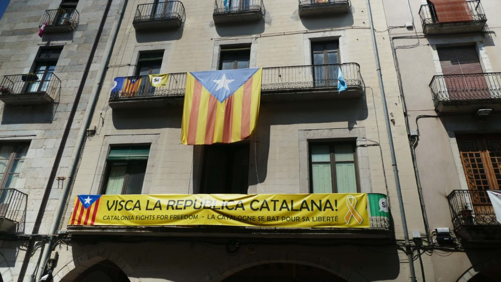 """""""Leve de Catalaanse Republiek! Catalonië vecht voor zijn vrijheid."""" Spandoeken en vlaggen aan de gevel van Plaça del Vi, Girona, Augustus 2018 © 2018 Huib J. Lirb"""