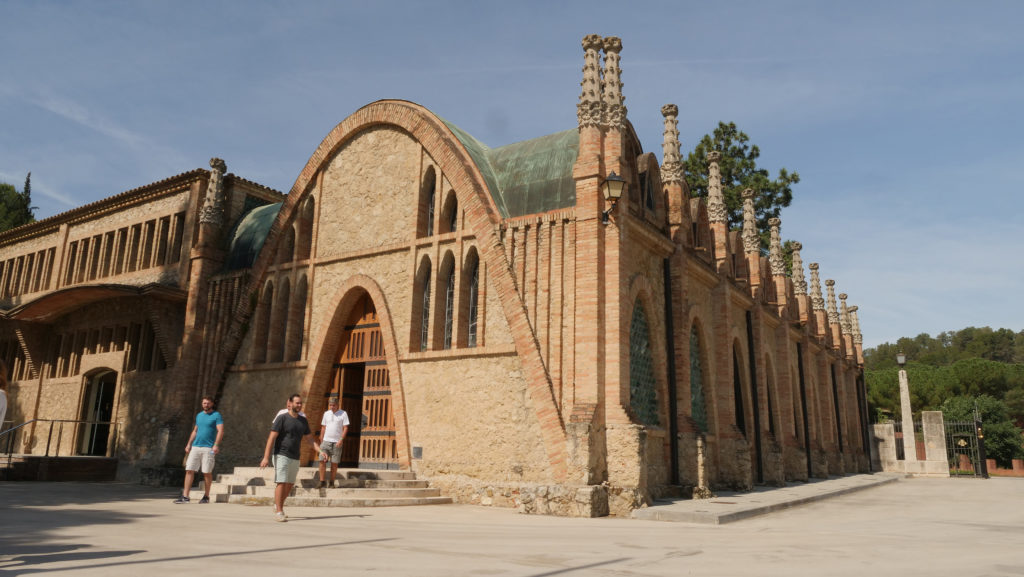 Een van de gebouwen van het Caves de Codorníu complex dat ontworpen is door Josep Puig i Cadafalch in Sant Sadurní d'Anoia in de Penedes. Foto ©2019 Huib J. Lirb
