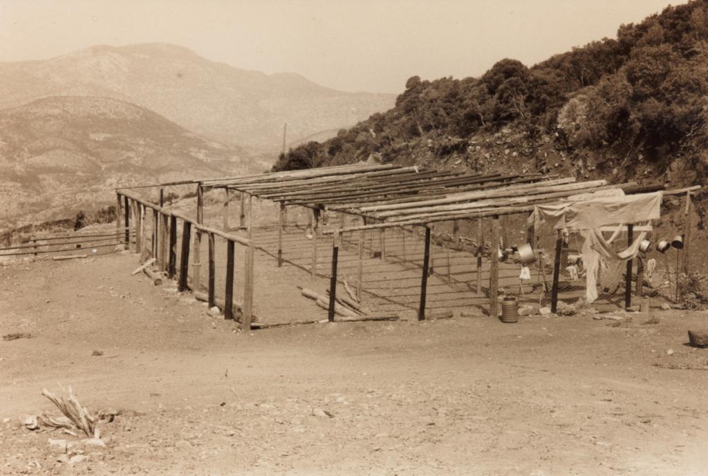 Installatie voor de schapenhouderij op de heuvels om de berg Ithomi. (Foto ©1993/2019 Huib J. Lirb)