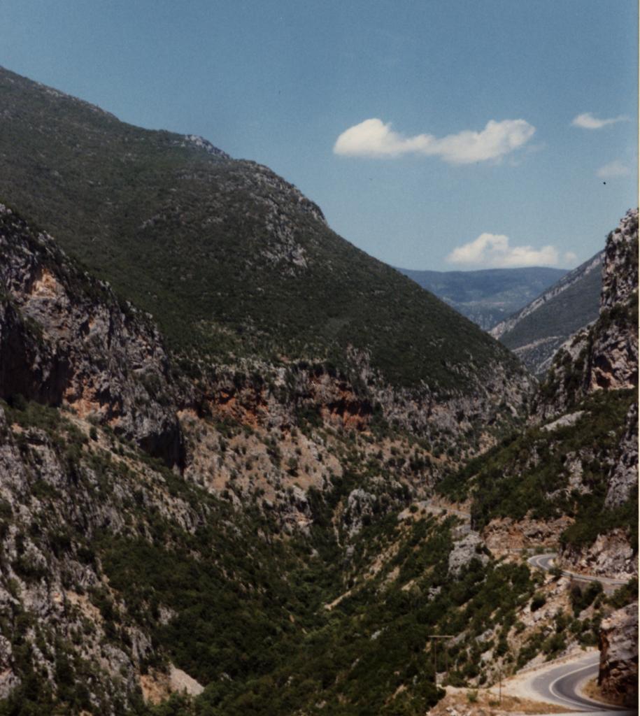 Hoge pas door het Taygetos gebergte. Foto genomen vanuit de bus op een rit van Messenië naar Sparta tijdens een vakantie in 1990 (©1990/2019 Huib J. Lirb)