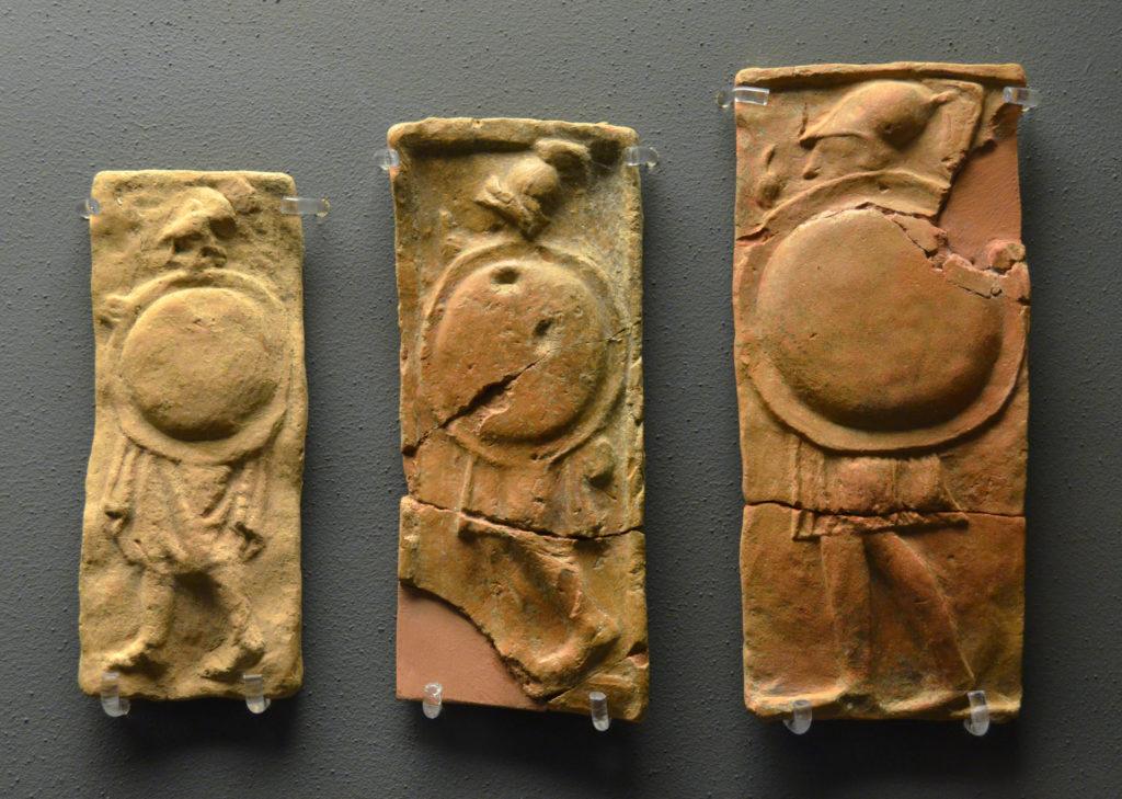Hoplieten afgebeeld op votiefreliefs van aardewerk, gevonden in Antheia (op zo'n vier kilometer van Thouria), gedateerd op de 4e eeuw v.Chr. en derhalve beslist relevant voor het huidige verhaal. Archaeological Museum of Messenia, Kalamata. Photo: Dan Diffendale (CC license with attribution)